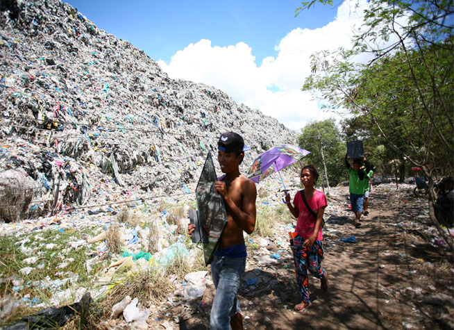 Residents living near a mountain of garbage at the Inayawan Sanitary Landfill in Cebu City heed the order of the government to evacuate. Photo by JCDV for BusinessNewsAsia.com