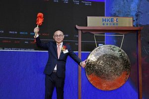 Mr. Yu Dingxin, Chairman of Tu Yi Holding Company Limited, strikes the gong at the SEHK to mark the Group listing (1701.HK).