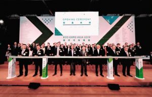 Officiating at the expo opening ceremony were Wong Kam-sing, Secretary for the Environment of the HKSAR (3rd from R, front row); Benjamin Chau, Acting Executive Director of the HKTDC (4th from R, front row); Stanley Wong, Chairman, Advisory Council on the Environment (4th from L, front row); and Johannes Moeller, Director Brand Management & Brand Development Technology, Messe Frankfurt Exhibition GmbH (3rd from L, front row).