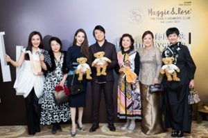 A group photo of Lang Lang (centre); his wife Gina Alice (3rd from the left); mother Zhou Xiulan (3rd from the right); Janice Wing Kam Choi (BBS MH JP), honorary consultant of the preparatory committee for An Enchanting Evening with Lang Lang (2nd from the left); chairwoman Kam Ling (1st from the left); Kam Wah Kum, co-chair for the dinner banquet and president (Greater China region) of Maggie & Rose (2nd from the right) and co-chair Cheung Wai (1st from the right).